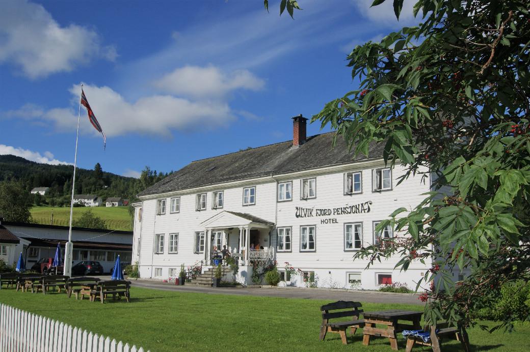 Handanger Gjesthus, a white wooden hotel