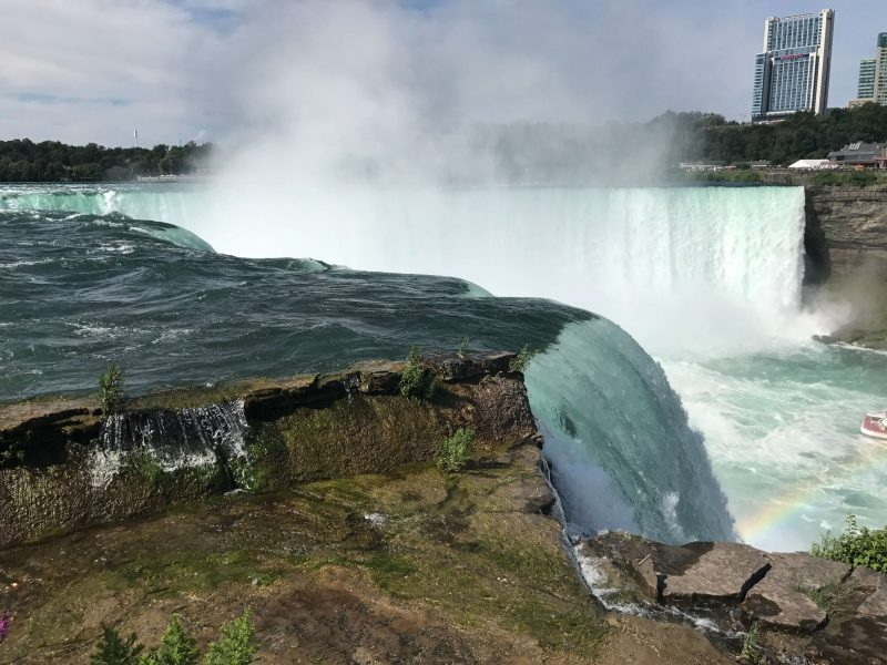 Spectacular photo of the Horseshoe falls from the side, very close up to where the water cascades over the edge