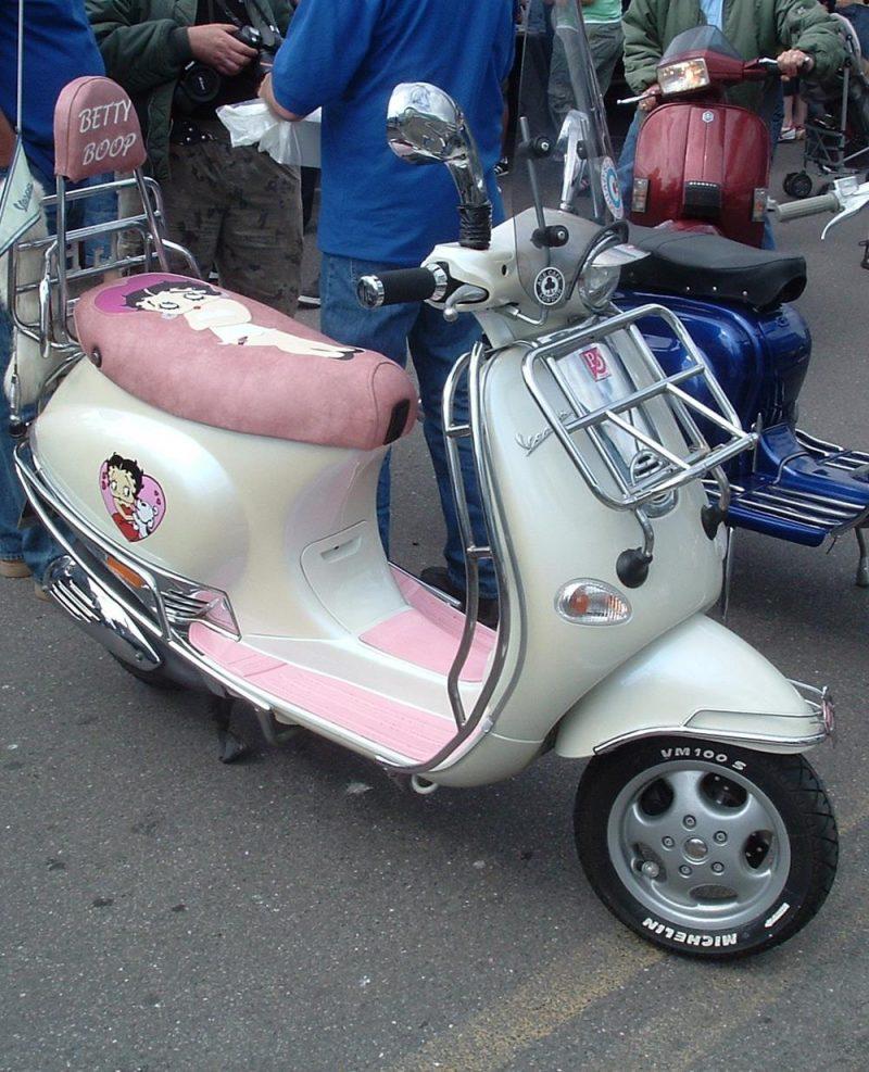 Betty boop themed auto Vespa